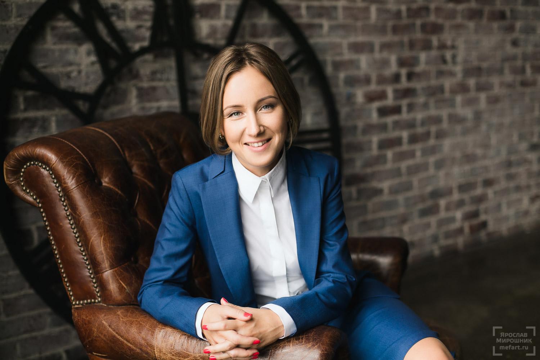 женский бизнес портрет девушки руководителя в синем костюме, Москва