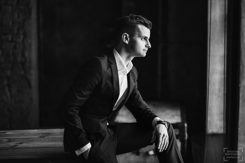 бизнес фотосессия молодого человека в лофт студии
