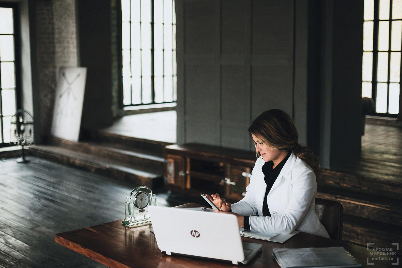 деловая фотосессия женщины с ноутбуком и телефоном в Москве