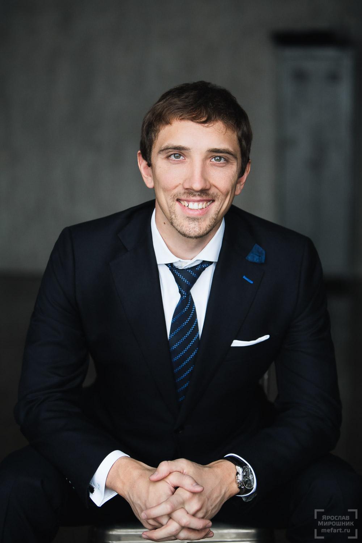 мужской бизнес-портрет вызывающий доверие с улыбкой