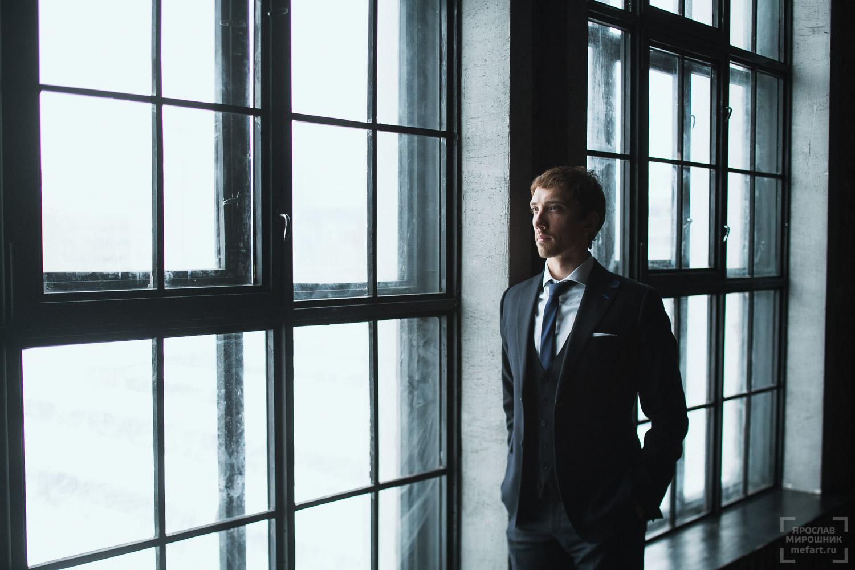 деловой портрет в фотостудии на фоне панорамных окон