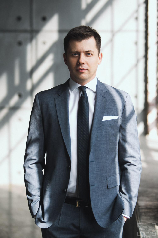 бизнес портрет мужчины в сером костюме