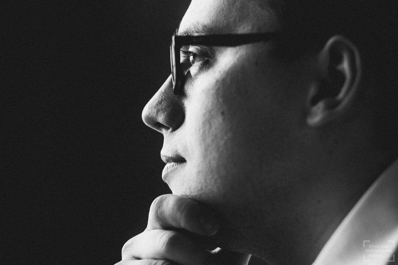 черно-белый бизнес портрет мужчины в очках