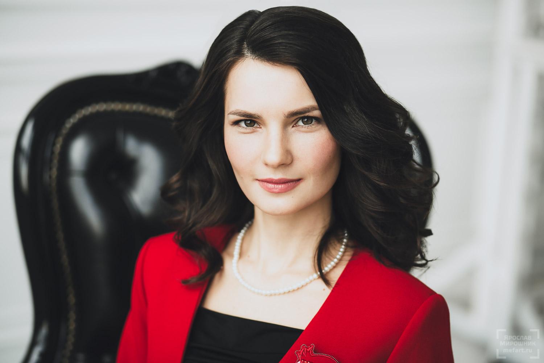 женский деловой портрет в белой фотостудии