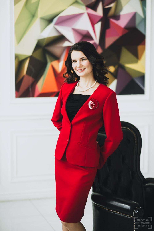 бизнес портрет улыбающейся и смеющейся женщины
