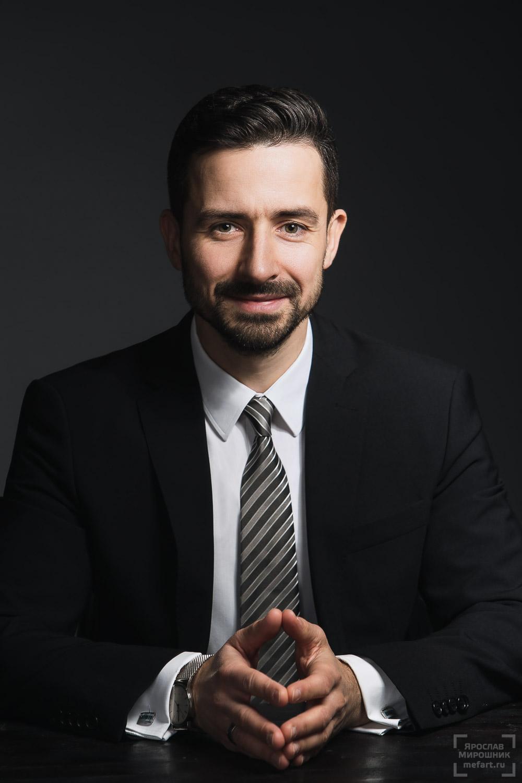 деловой бизнес портрет директора в студии на темном фоне