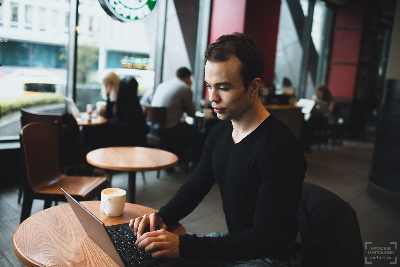 бизнес портрет программиста в кафе коворинге за работой
