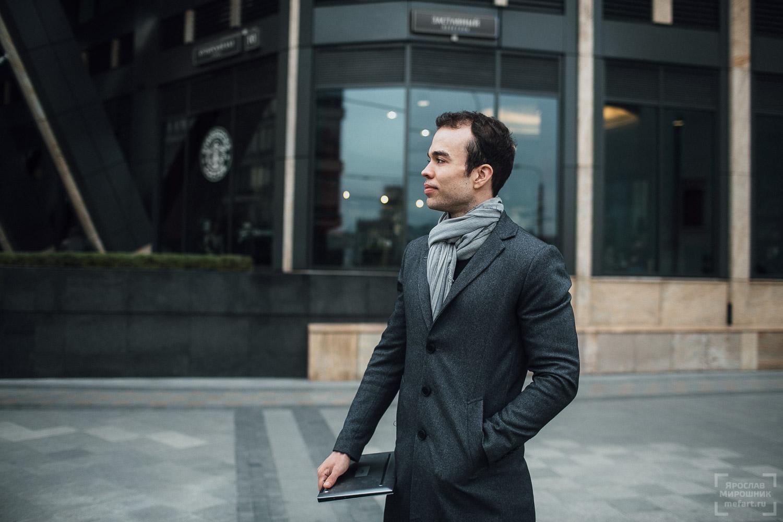 бизнес потрет мужчины с ноутбуком на фоне делового центра