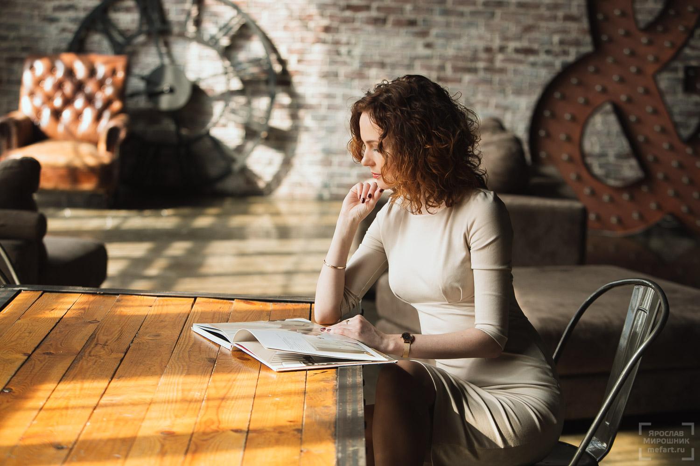идея бизнес фотосессии девушки в студии в лофте, читает книгу,