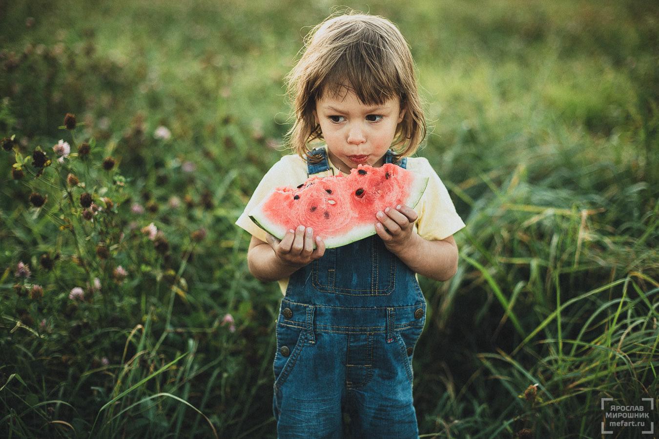 детская фотосессия на природе в москве: фото маленького ребенка с арбузом