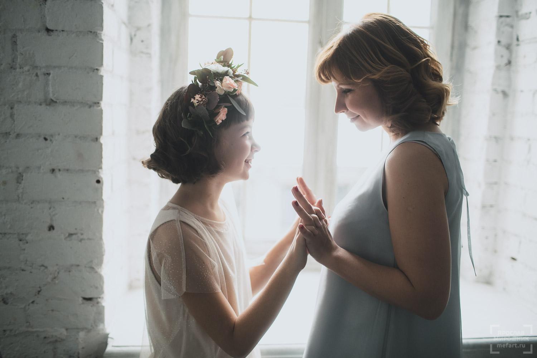 семейная фотосессия мамы с дочкой в студии фото