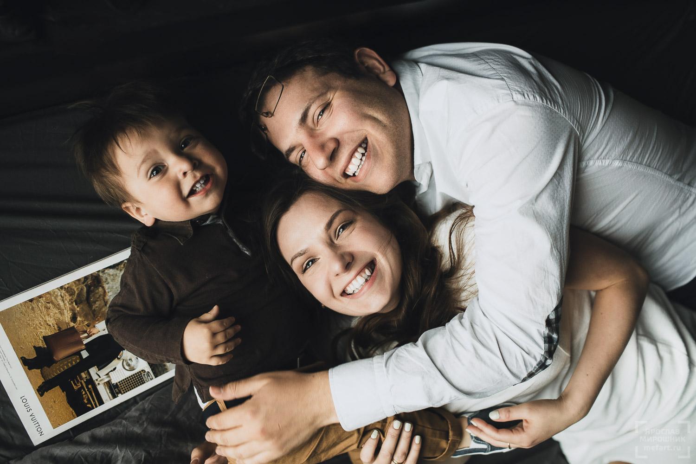 семейная фотосессия: портрет улыбающейся семьи с ребенком