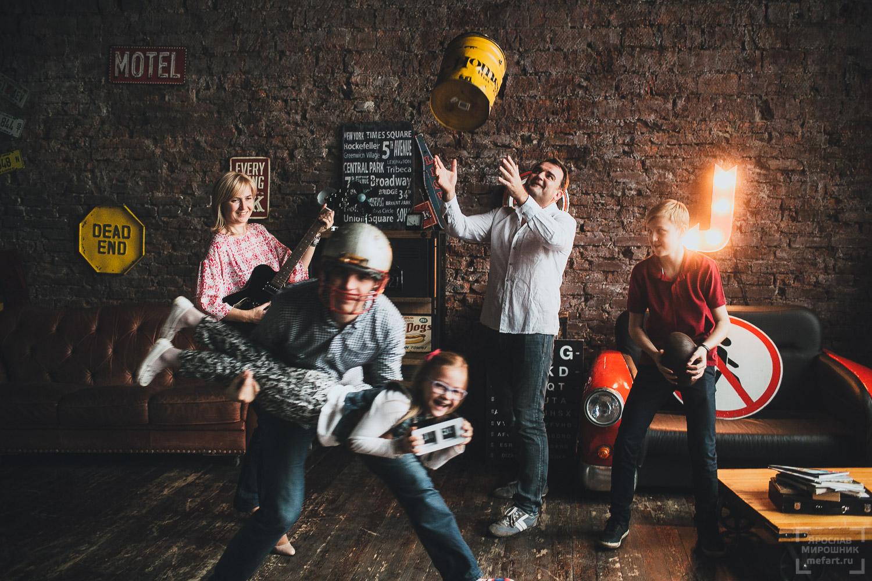 фотосессия большой семьи с детьми в лофт студии