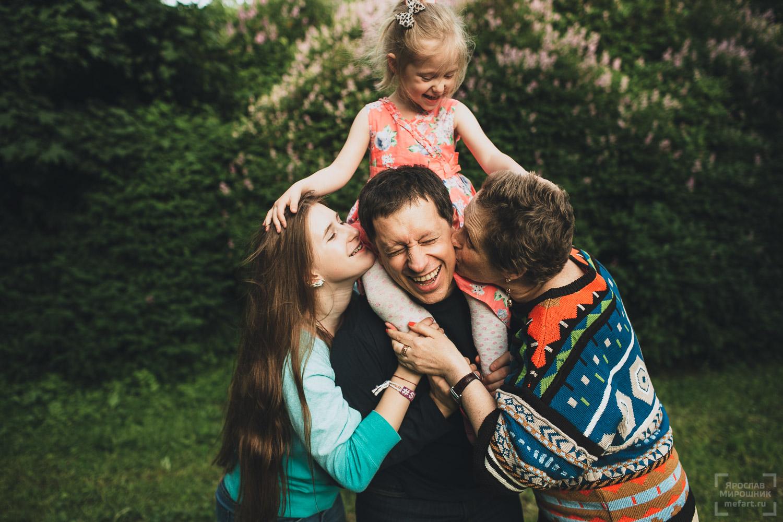 семейная фотосессия на природе с двумя дочками