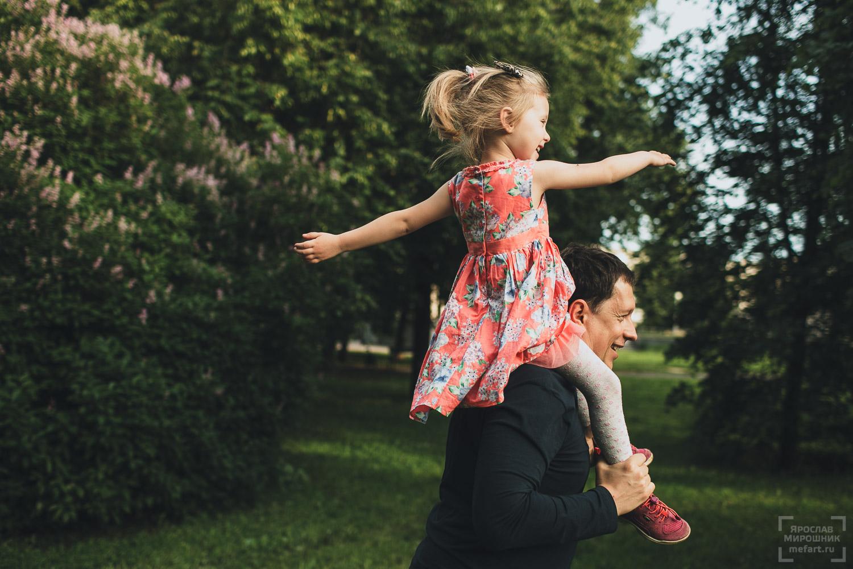 семейная фотосессия папы и дочки на природе в москве