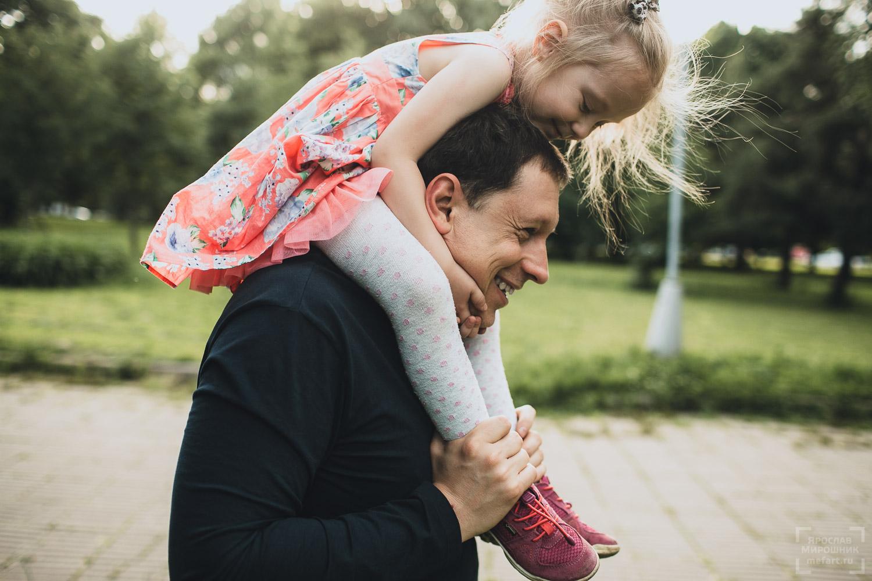 семейное фото папы с дочкой на природе