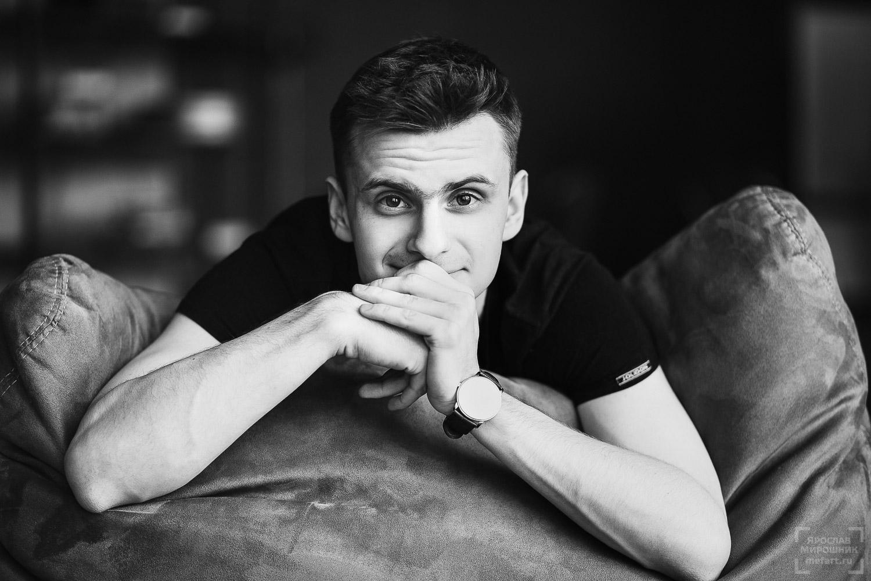 мужская фотосессия молодого парня в студии в москве