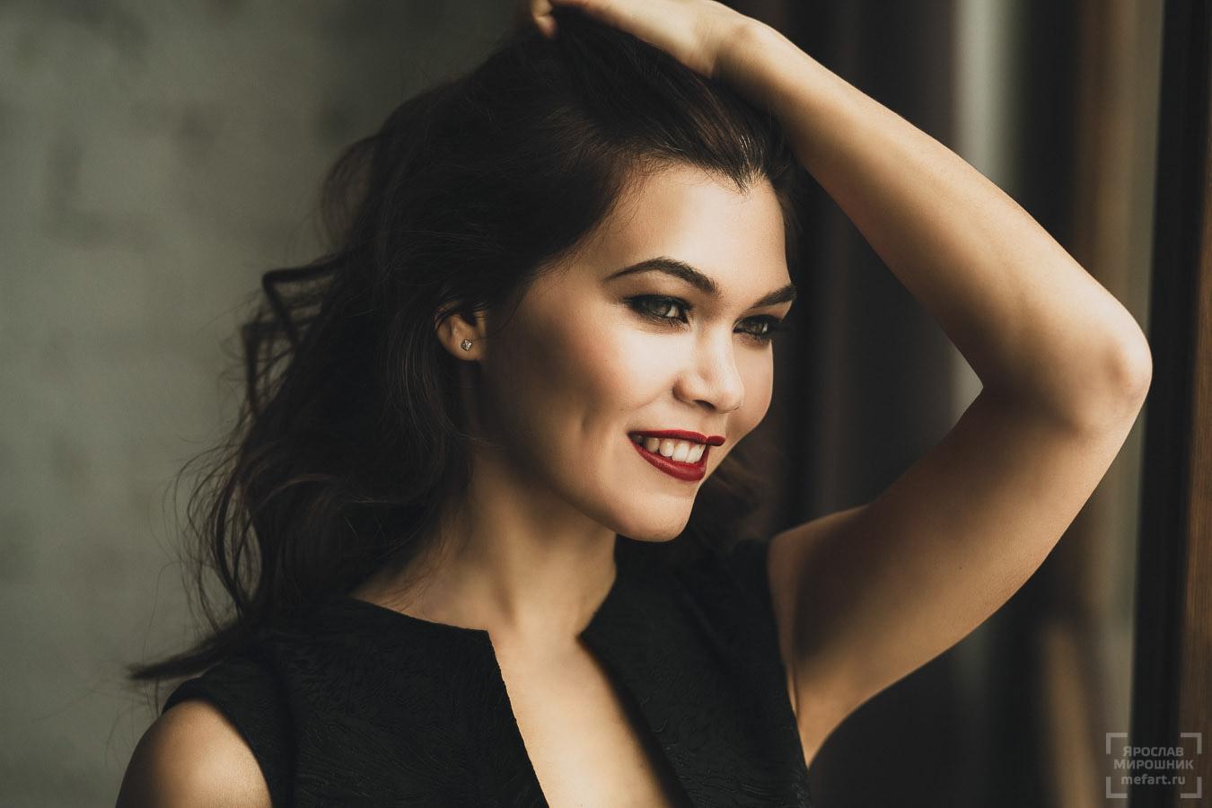 54249605ef1 ... фотосессия в студии в москве  девушка в черном платье с красными губами  фото ...