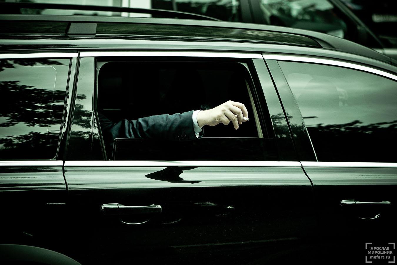 человек в машине с сигаретой фото