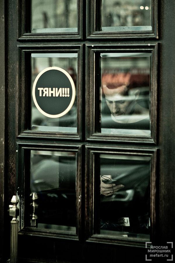 человек за стеклянной дверью фото
