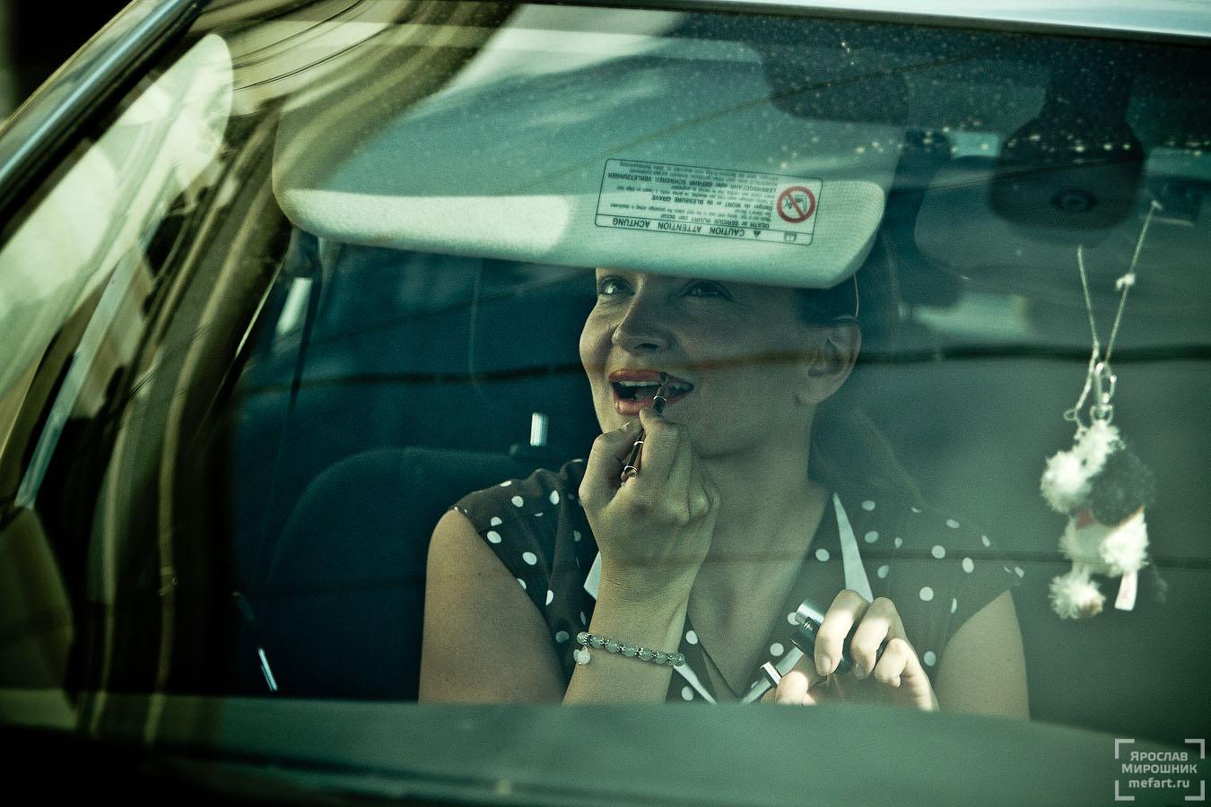женщина красит губы в машине фото
