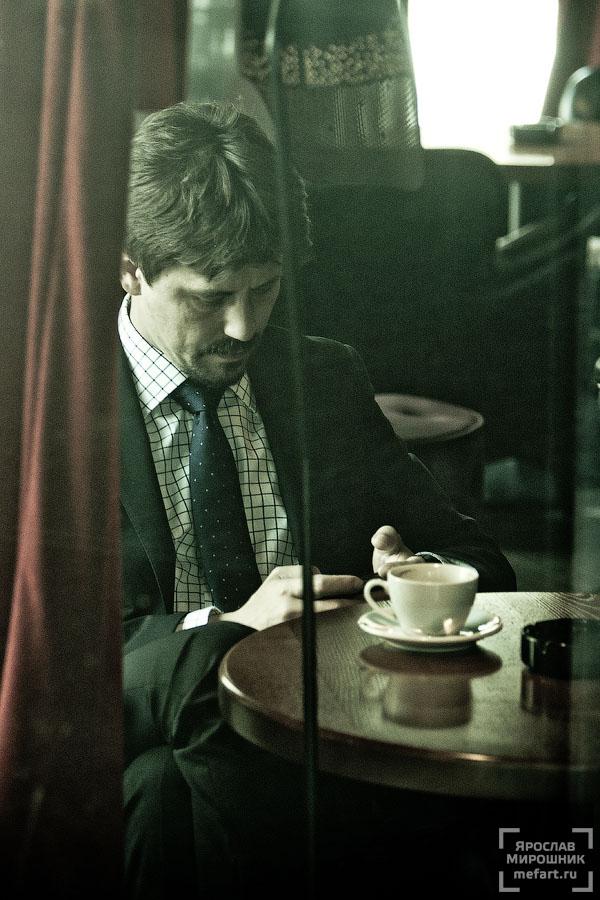мужчина в кофейне за стеклом фото