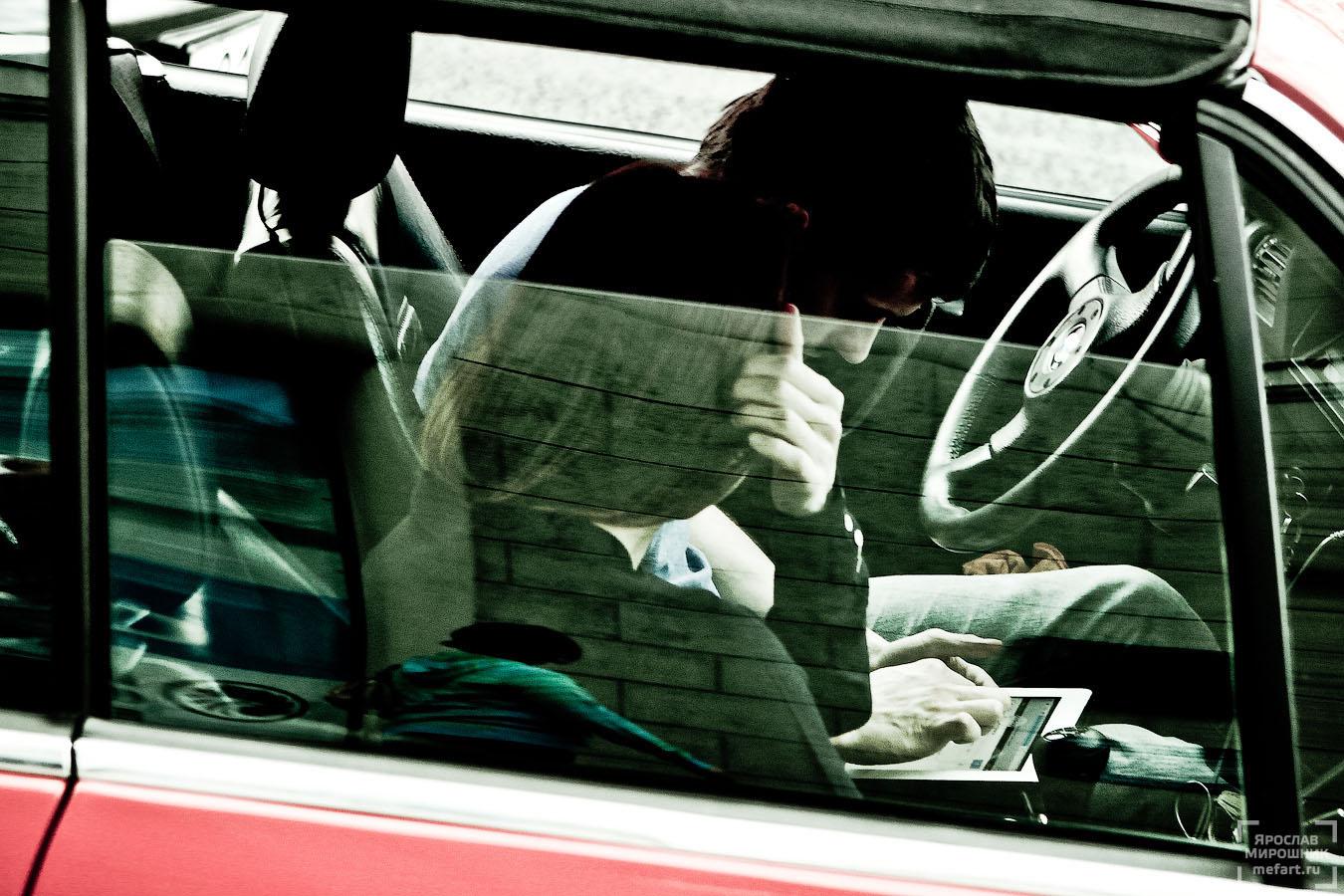 играют в машине фото